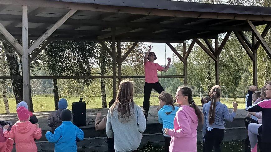 Dnia 28 września obchodziliśmy Dzień Aktywności Ruchowej, którego głównym celem było spędzanie czasu na świeżym powietrzu a przy okazji dobrze się przy tym bawić. Po zbiórce przy scenie plenerowej na terenie szkoły rozpoczęliśmy rozgrzewką prowadzoną...